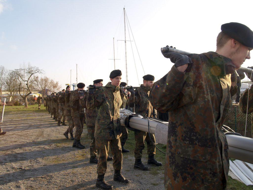 Transport des Mastes durch die Bundeswehr